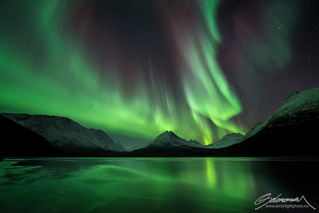 filmmaker captures the aurora borealis in jaw dropping real time