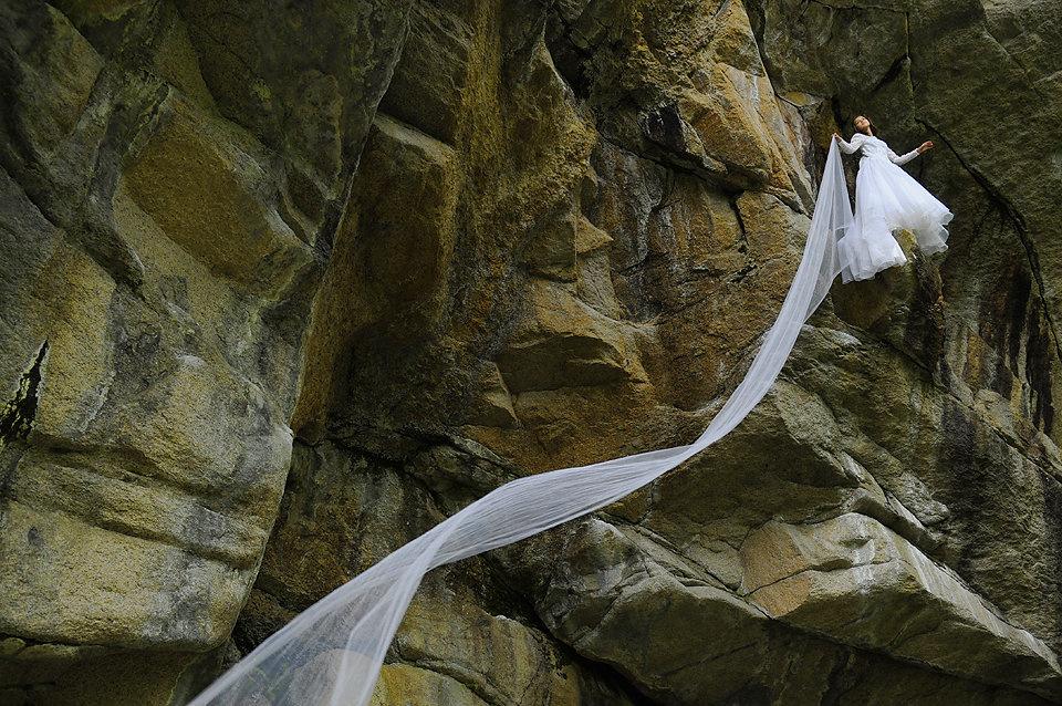 Couple-Bridal-Portrait-Cliff-Long-Veil