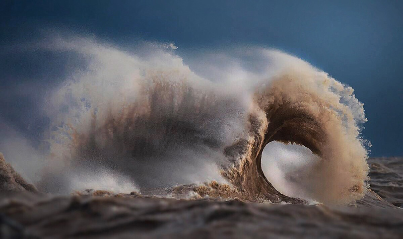 Photographer captures incredible liquid mountains during wind