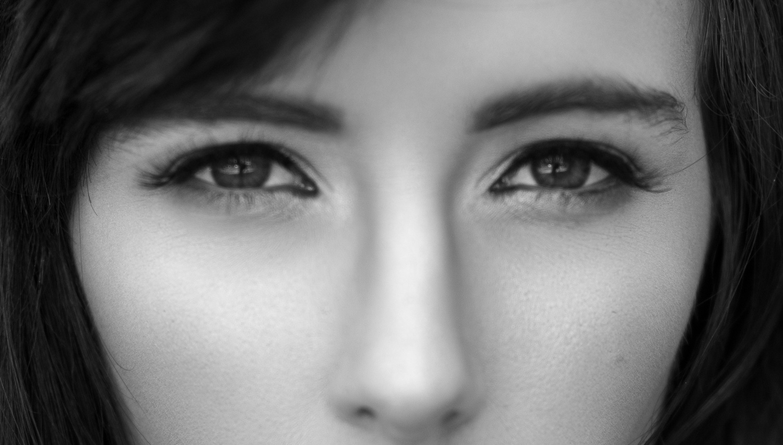 woman-not-sharp-out-of-focus-portrait