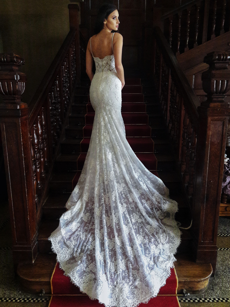 Brida with a long wedding dress on a staircase.