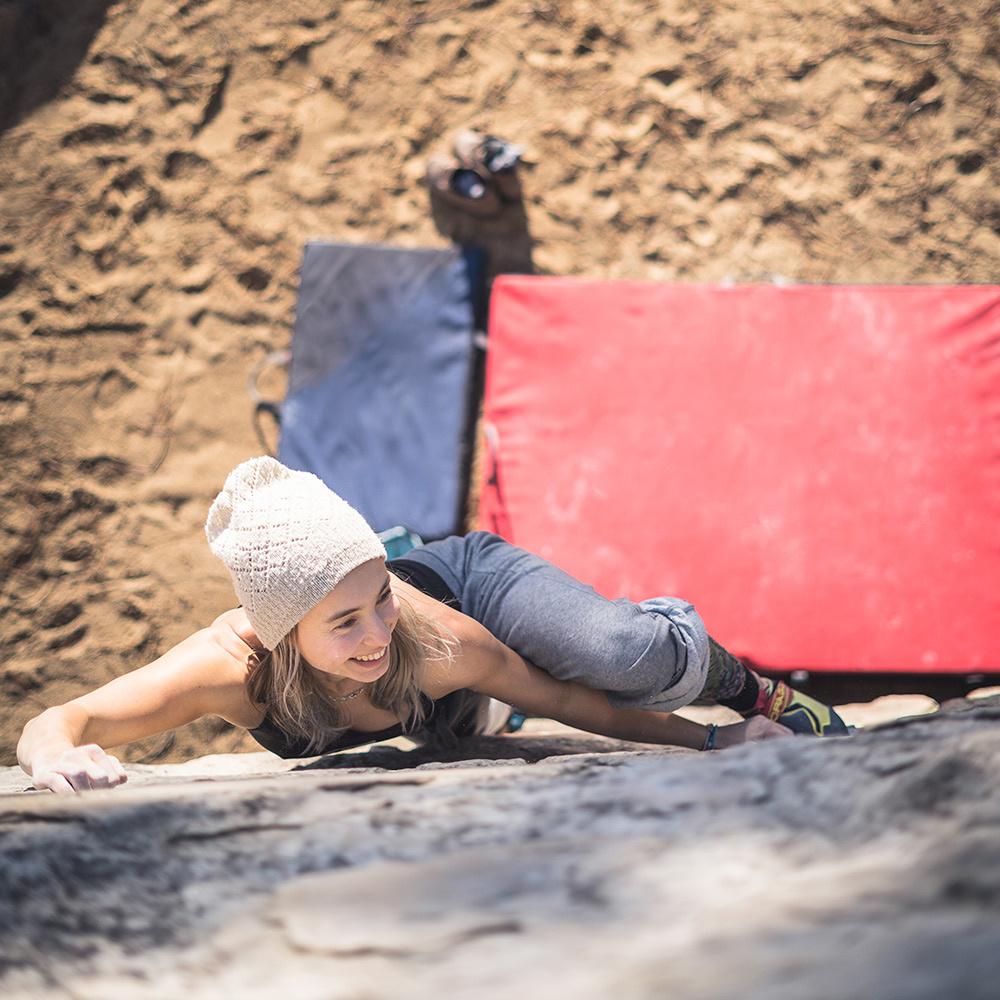 Smile bouldering woman climbing bouldering - stock library keywords