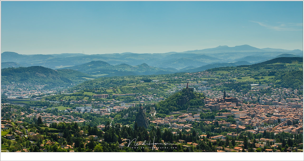 A view upon the city of Le-Puy-en-Velay at the Auverne. It is an impressive view when standing on the mountain top. But the image shows way too much. There is no clear subject to be found, so I keep on wandering around the picture. (EOS 5D mark IV + EF70-