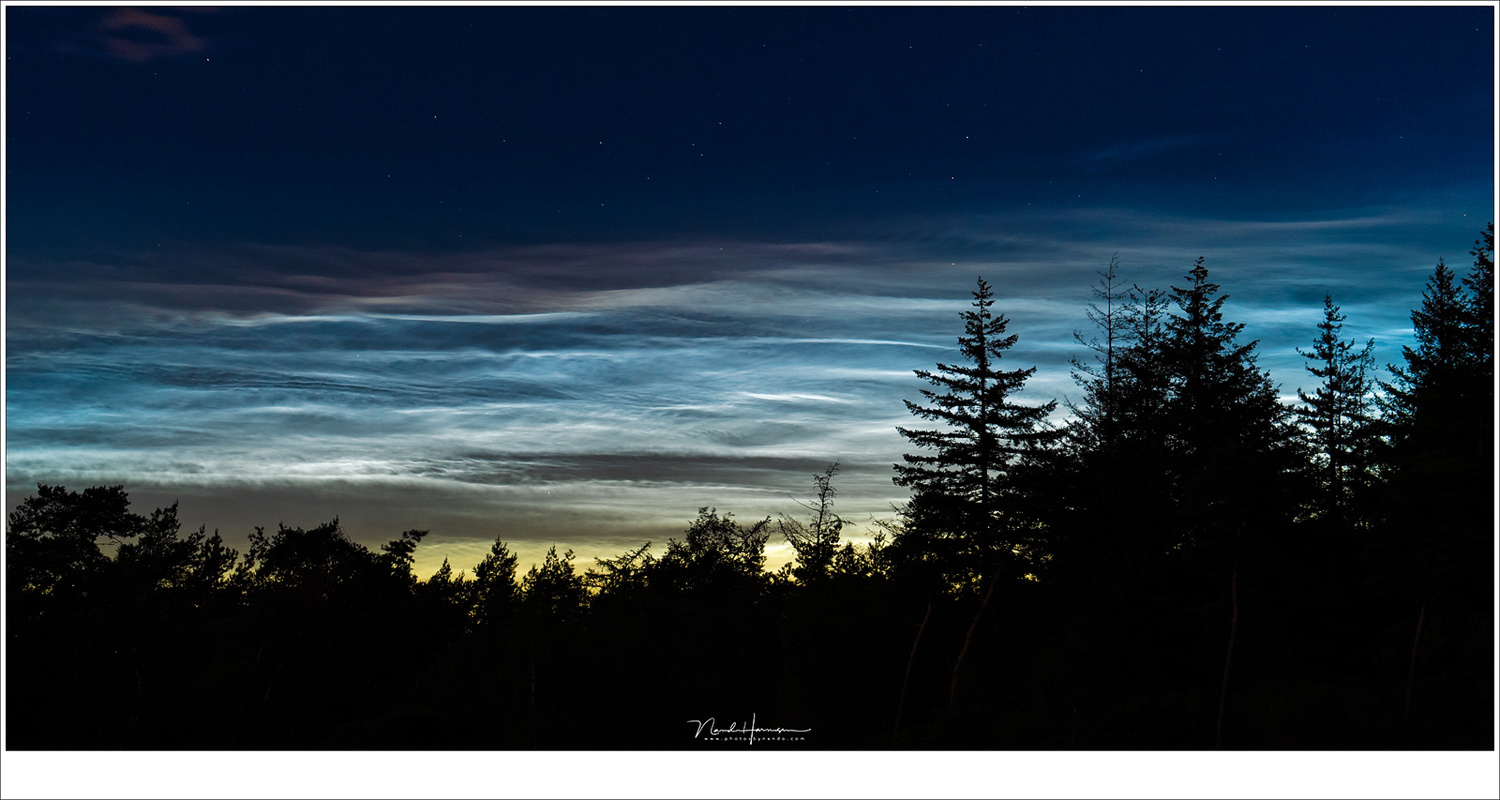 Great patterns emerge when zooming in. Although noctilucent clouds are bluish white, they can take a red shade under the right conditions, as seen in the picture. (Lumix DC-S1 + 105mm | ISO1600 | f/5,6 | 4 sec)