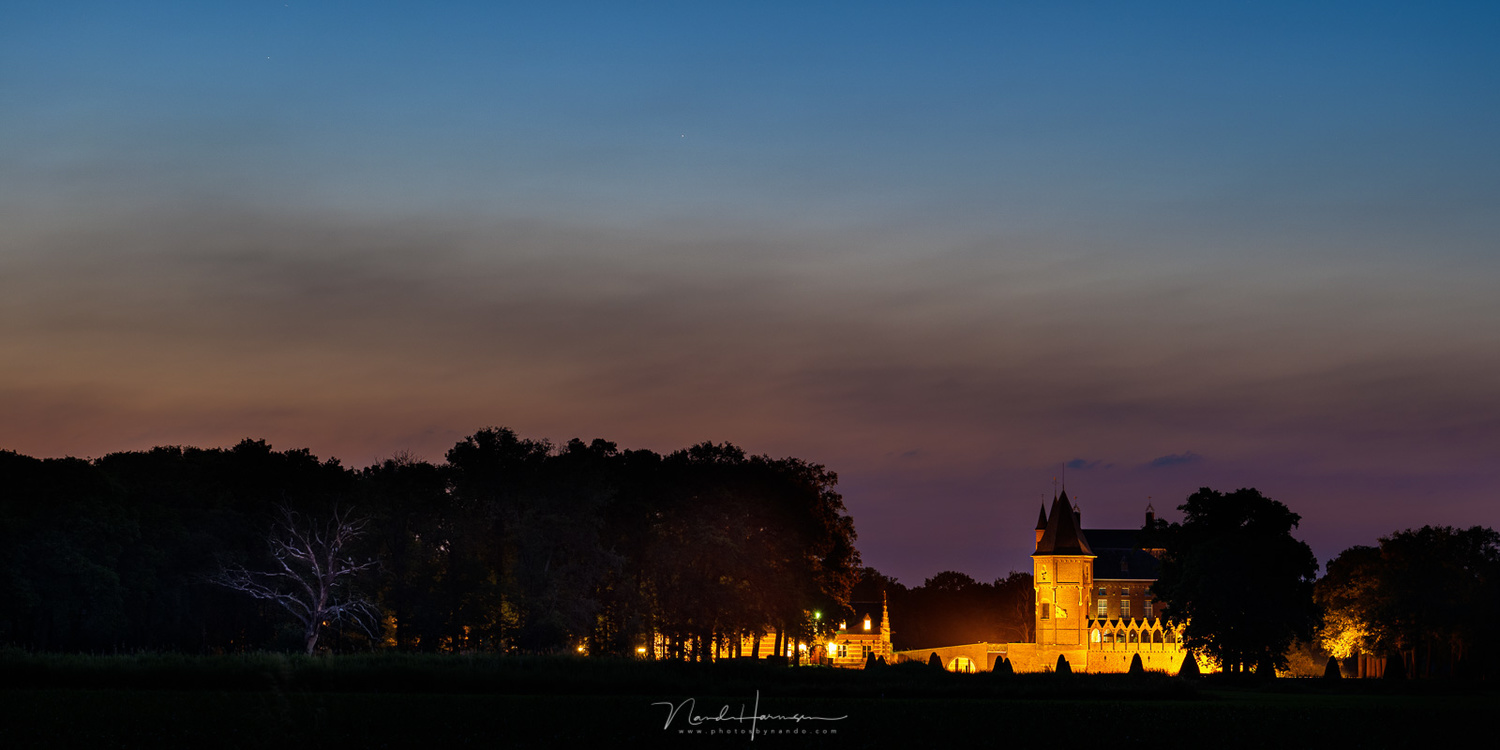 Castle Heeswijk-Dinther during evening twilight. One single exposure could capture the complete dynamic range. (74mm | ISO800 | f/6,3 | 40sec)