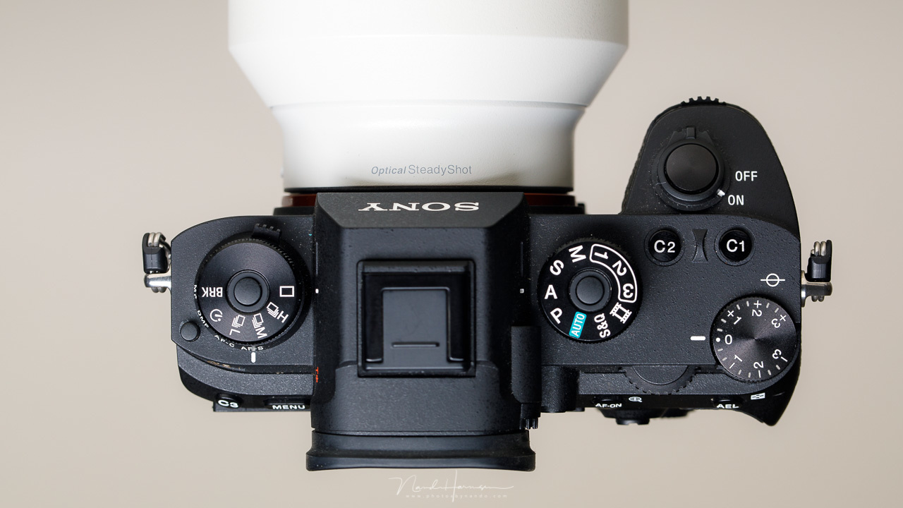 The top plate of a Sony camera shows the PSAM wheel (or PASM in this case). Next to these possibilities there are also three custom settings that can be programmed. This way you can make multiple changes to the behavior of a camera by just one twist of a