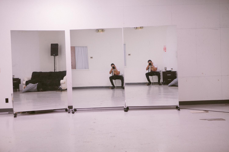 Walid Azami en el set con Ricky Martin