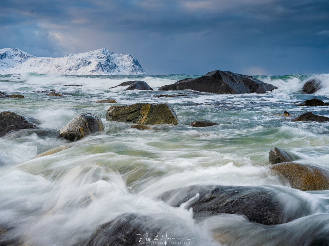 Shooting on a beach at Lofoten with the tides coming in. Working with the Haida filterholder is really easy, which allows you to keep an eye on the waves. (63mm | ISO400 | f/22 | 1/9s | Haida 0,9GND medium + CPL)
