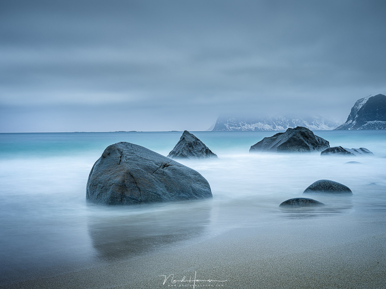 Using long exposures on a beach at Lofoten. You have to be patience with it and wait for the exposure to finish while the wave come crushing in. (63mm | ISO100 | f/11 | 60s | Haida ND1000 + CPL + 0,9GND medium)