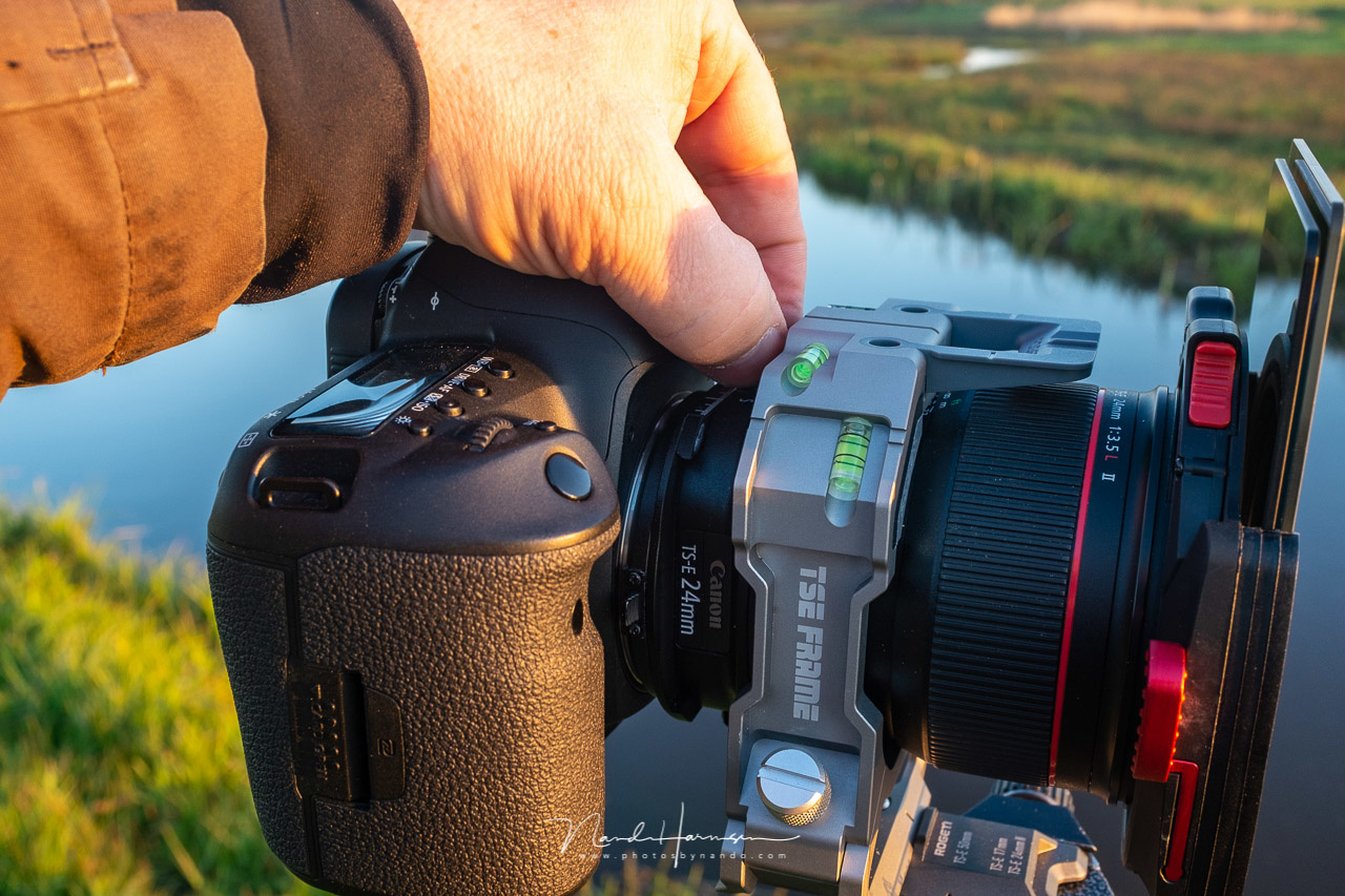 It is difficult to rotate the knobs of the lens with the TSE frame in place.