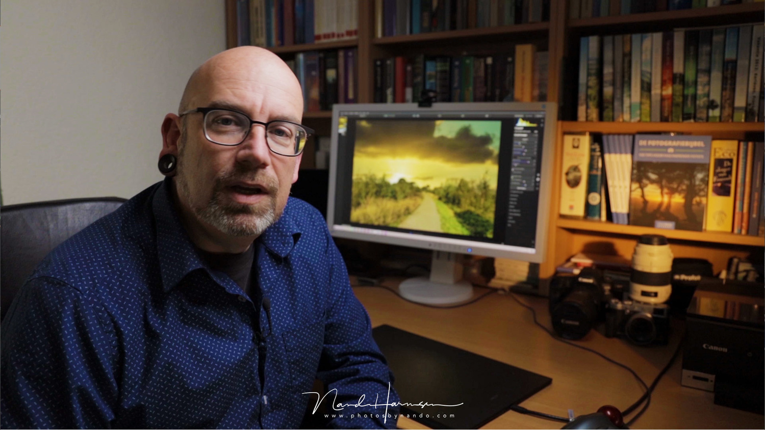 Recording my Luminar 4.2 lessons for a extensive course on the Dutch learning site  Photofacts Academy. On the screen in the back a AI sky replacement is just performed.
