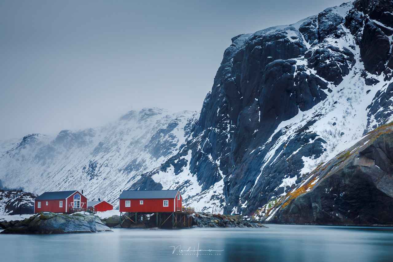 The red houses at Lofoten, called rorbuer, form a very clear subject in this photo. It catches your attention at once, making the landscape much more interesting.