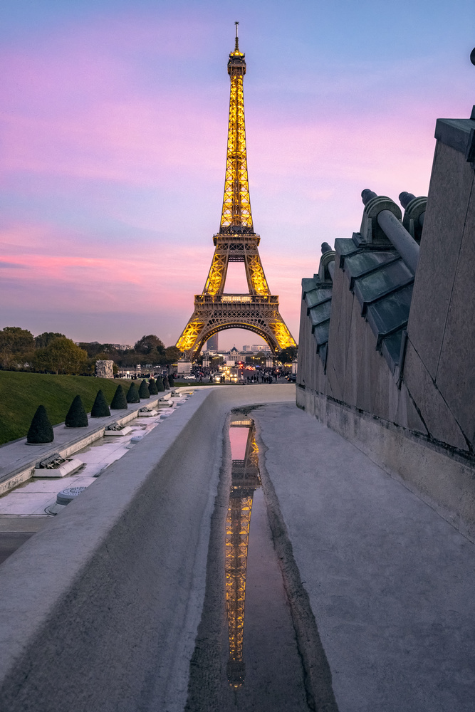 Eiffel tower reflection by sunset. by Matthias Dengler