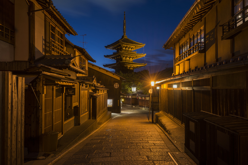 Tower of Yasaka, Hokanji Temple, Kyoto, Japan by Tapanuth Termboonvanich