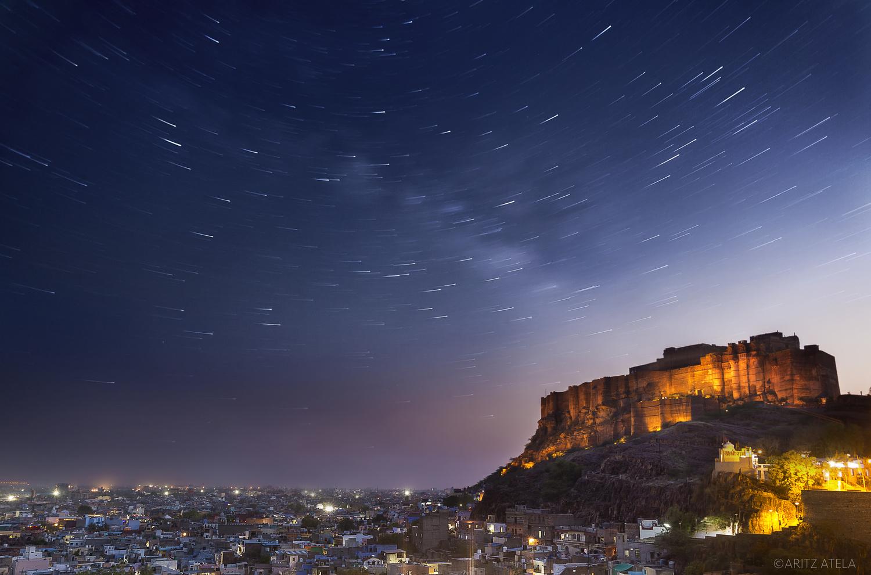 Shooting Stars dance above the magestic Mehrangarh Fort in Jodhpur, India. by Aritz Atela