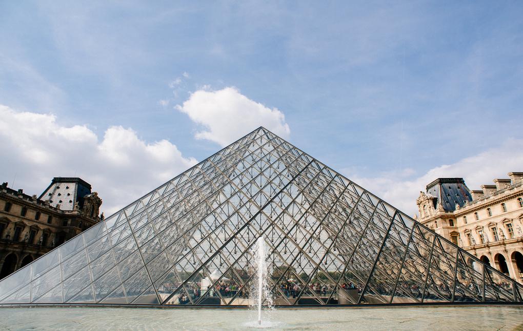 Pyramide du Louvre by Daniel Karr