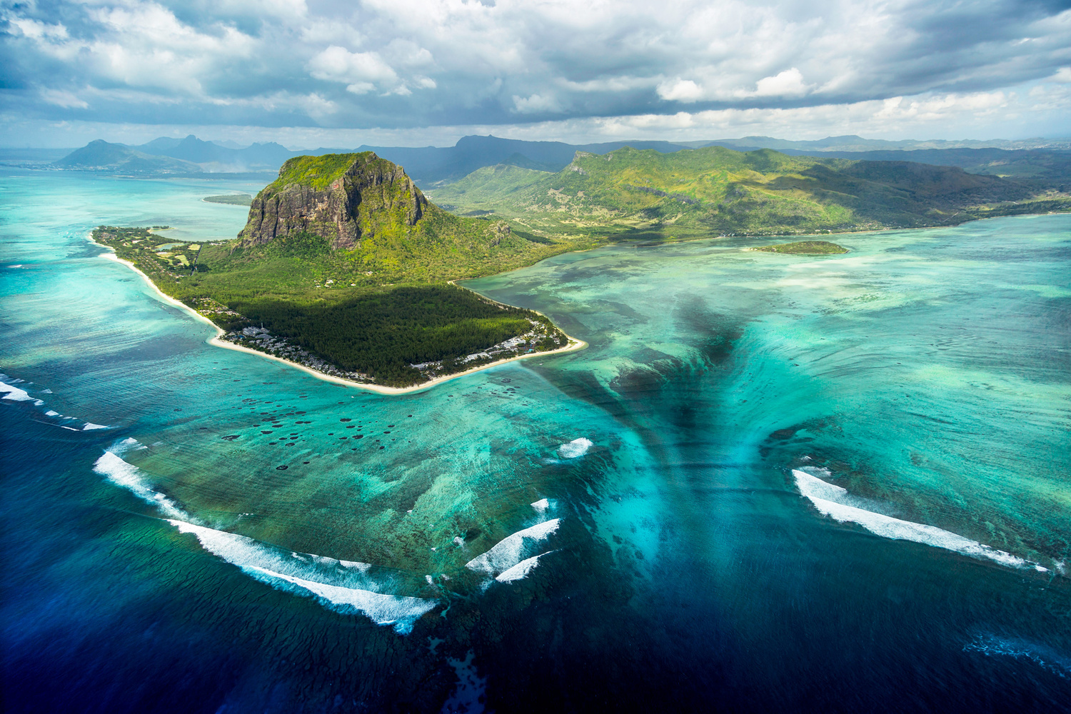 Underwater waterfall by Antoine Buchet
