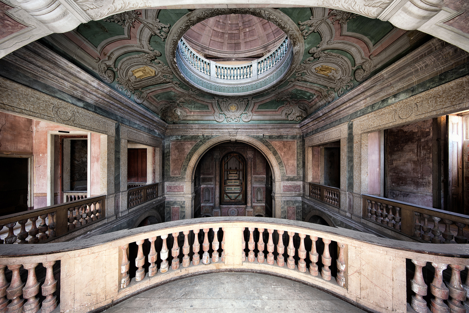 Fora dos limites   Under the rotunda by James Kerwin