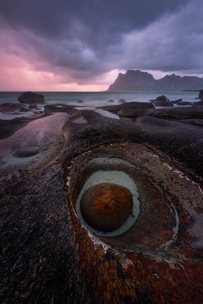 The dragon's eye at Uttakleiv by Hans Gunnar Aslaksen