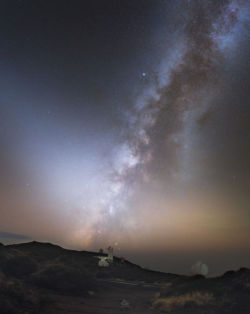 Fall milky way, zodiacal lights & Saturn over El Roque, La Palma by Adrien Mauduit