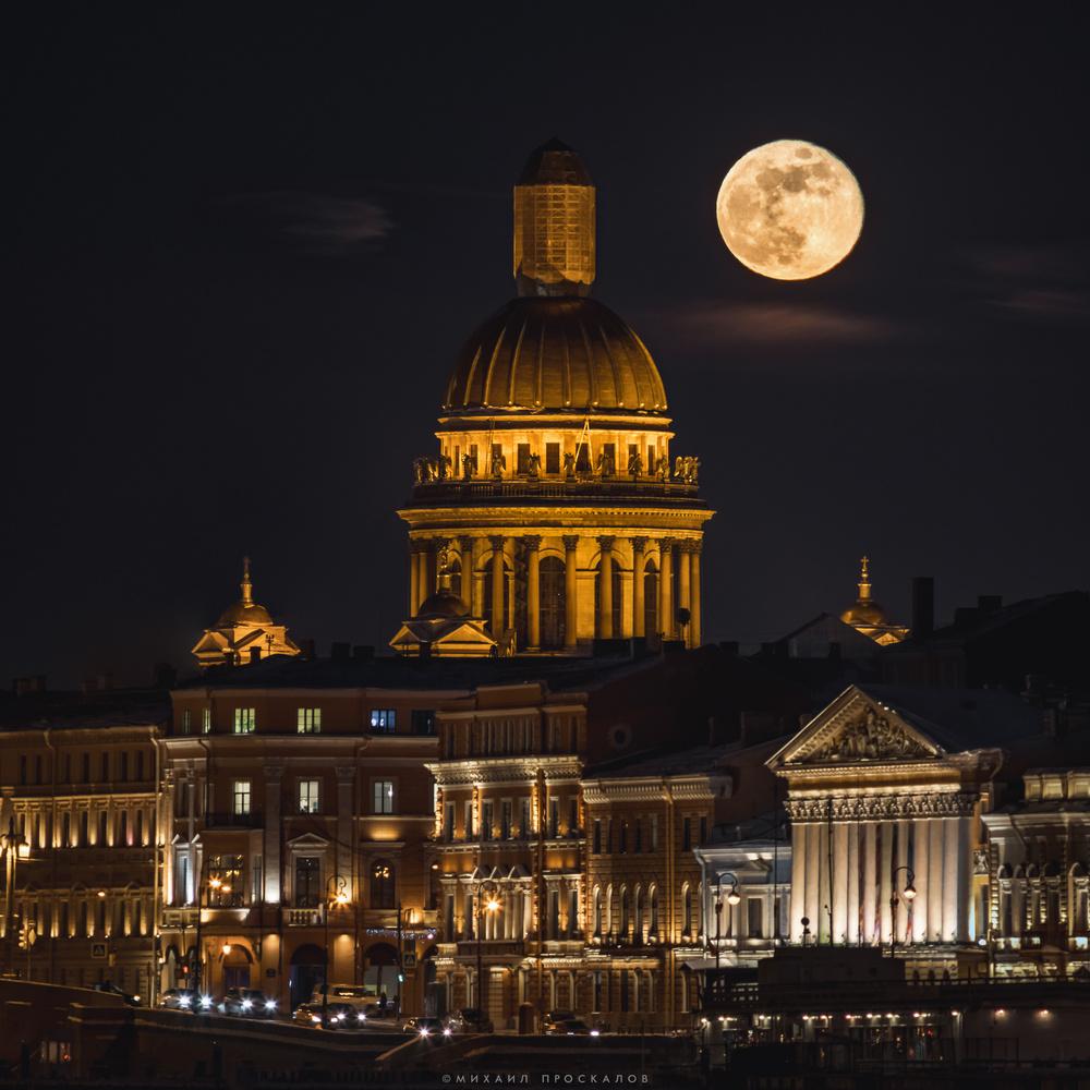 a moon by Mikhail Proskalov
