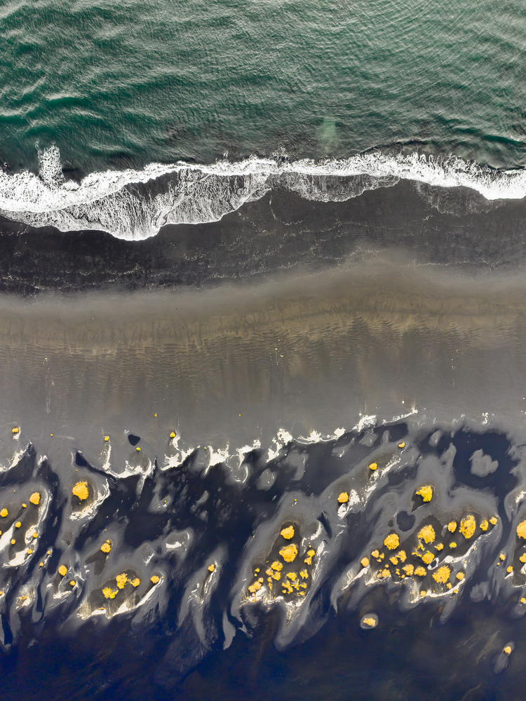 Black beach by Oskar Ragnarsson