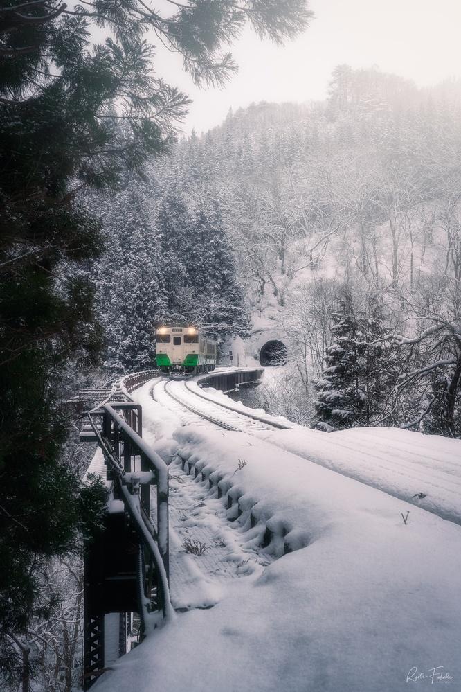 Snow train by Ryota Fukuda