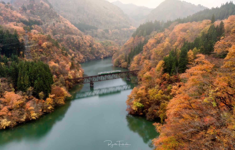 Autumn train by Ryota Fukuda