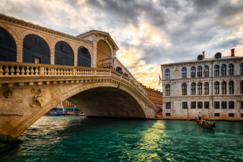 Sunset at Rialto Bridge | Venice, Italy by Nico Trinkhaus