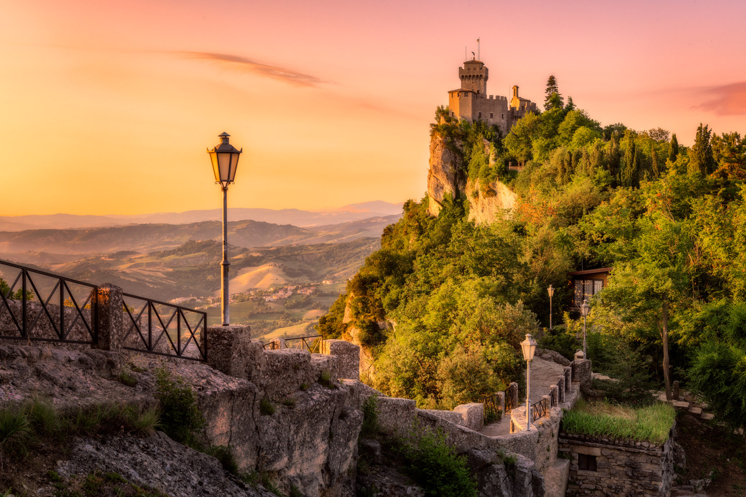 San Marino – photo of the walls and the tower by Nico Trinkhaus