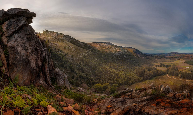Sierras del Tandil: La Cara Sur by Jorge Andrés Miraglia