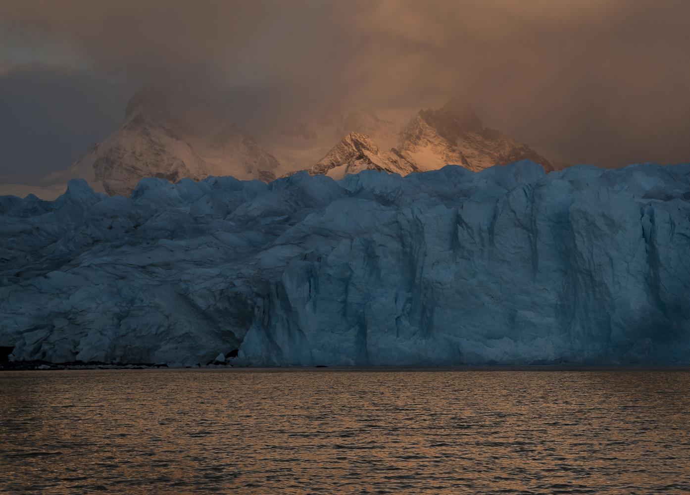 Sunrise on ice by Jorge Andrés Miraglia