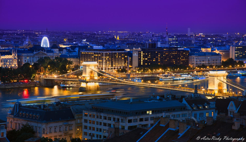 Széchenyi Bridge glowing by Riccardo Mattei
