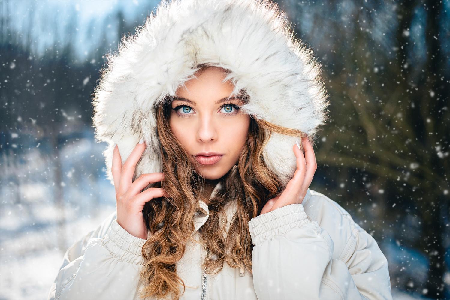 Blue eyes in the snow by Lennart Böwering