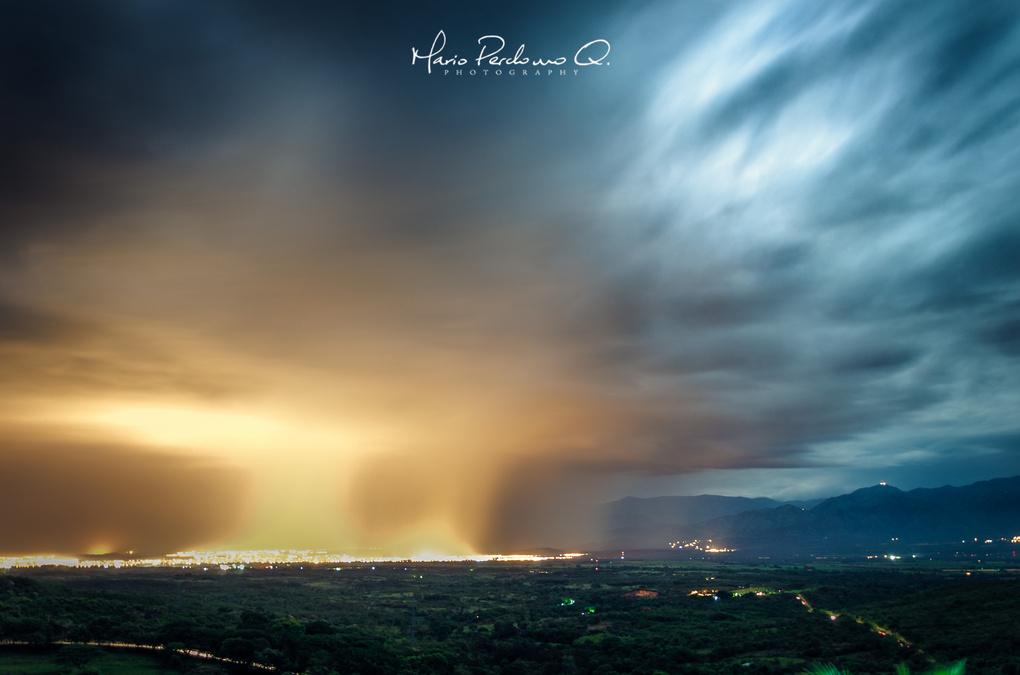 Raining over the city. by Mario Perdomo Q.