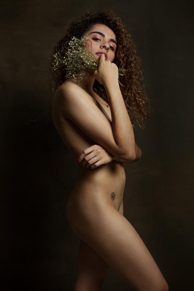 Mujer con ramillete by Jonathan Hinojosa