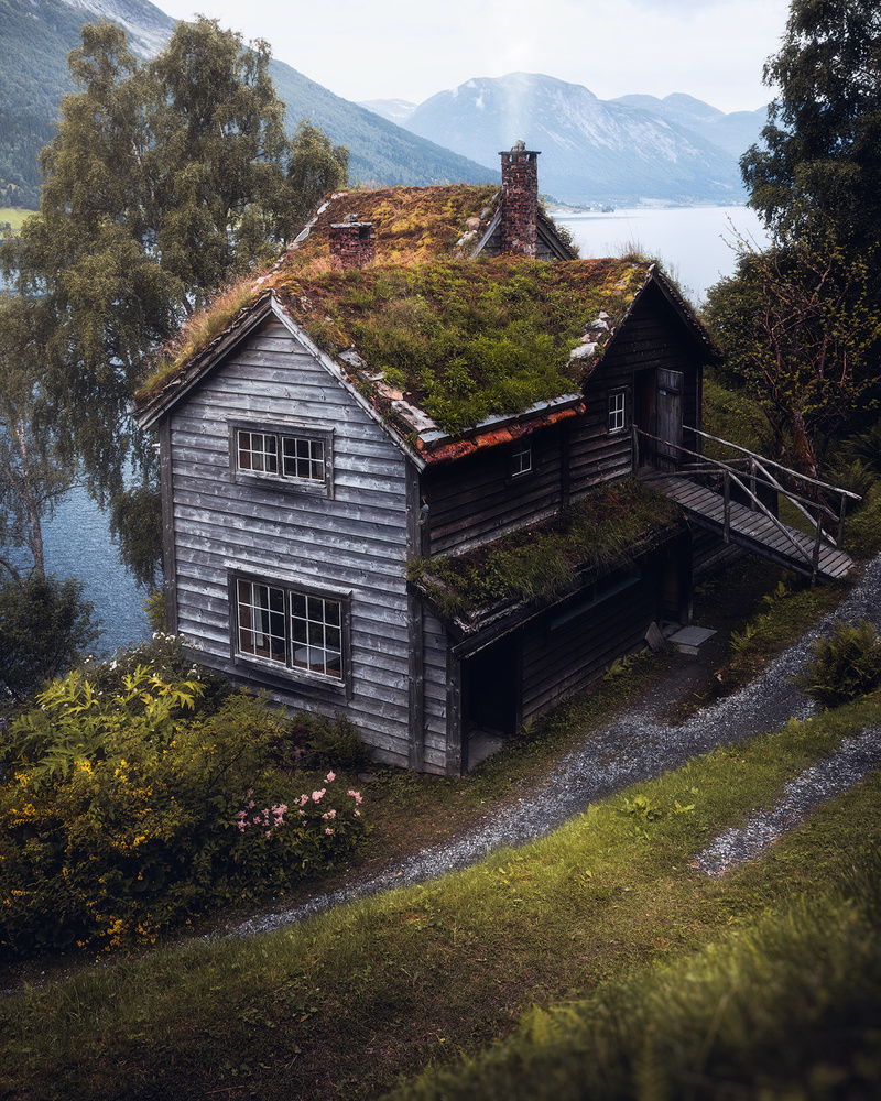 The old house by the lake by Fredrik Strømme
