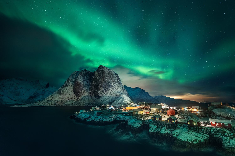 Hamnoy under the northern lights by Tadej Žlahtič
