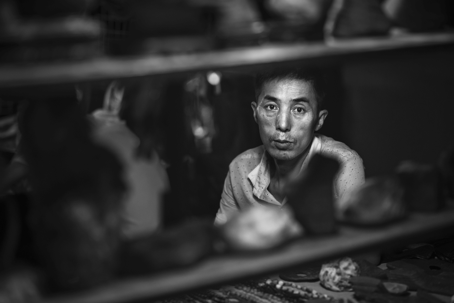A craftsman at the night market in Dunhuang by Léonard Rodriguez
