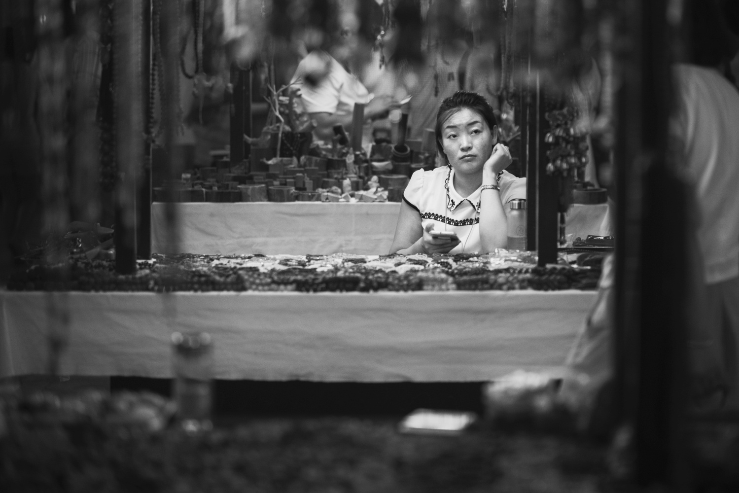 A craftswoman at the night market in Dunhuang by Léonard Rodriguez