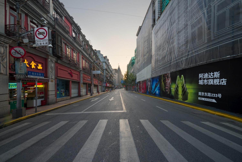Nanjing Road, Shanghai 上海 by Léonard Rodriguez