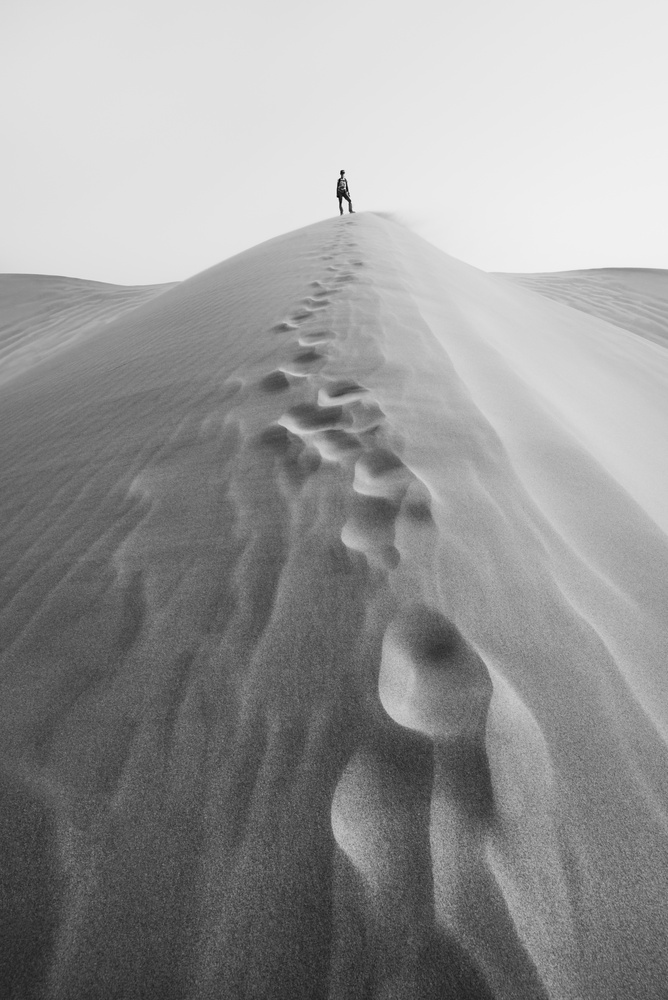 Francesca in a sand dune in the Gobi desert, China by Léonard Rodriguez
