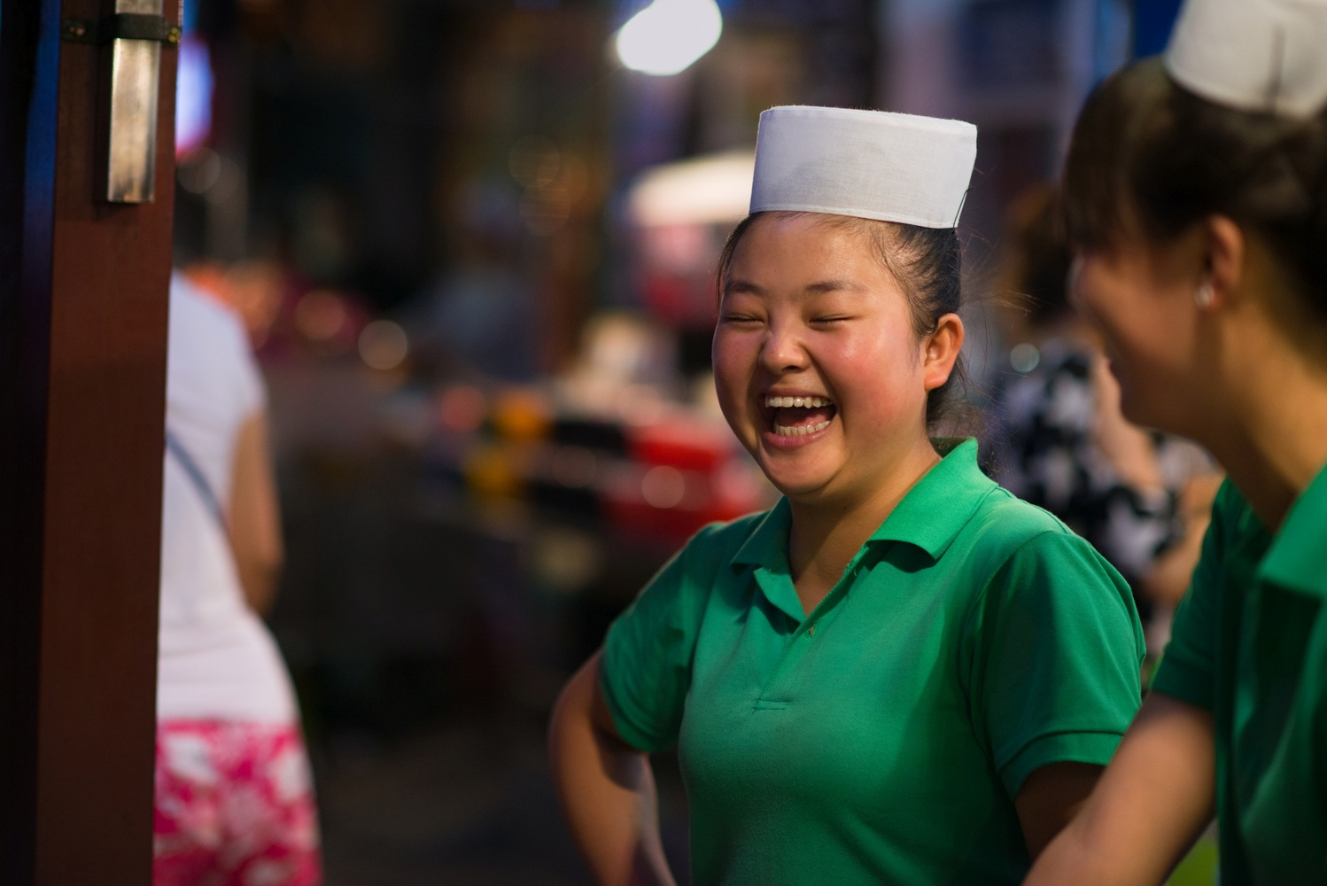 A chinese woman laughing in Xi'An, China by Léonard Rodriguez
