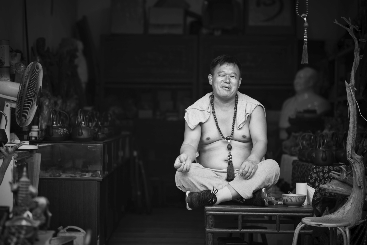 Man sitting in lotus posture in Pingyao by Léonard Rodriguez
