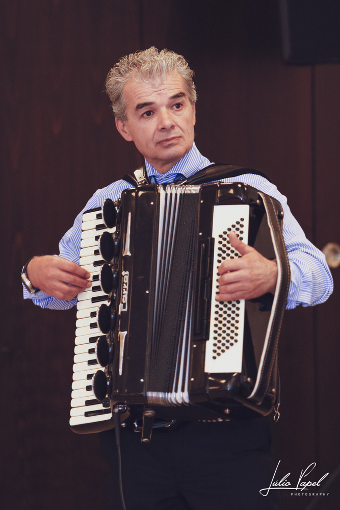 Music arrives by Júlio Papel