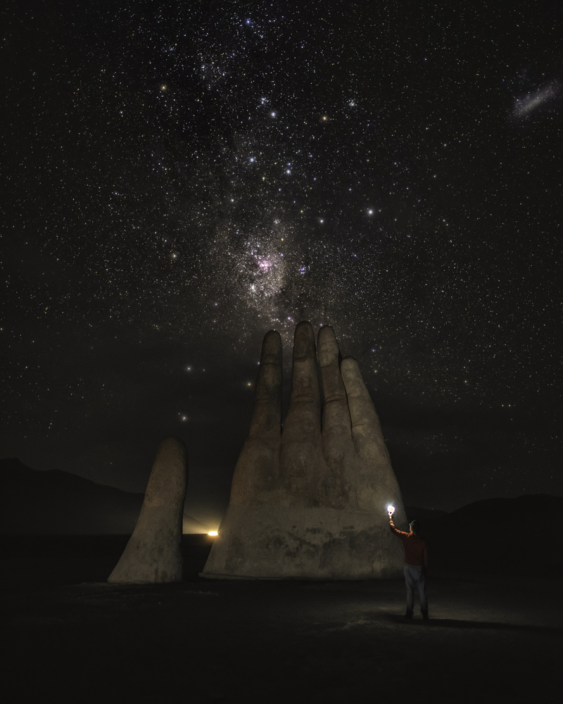 Mano Del Desierto by GARY CUMMINS