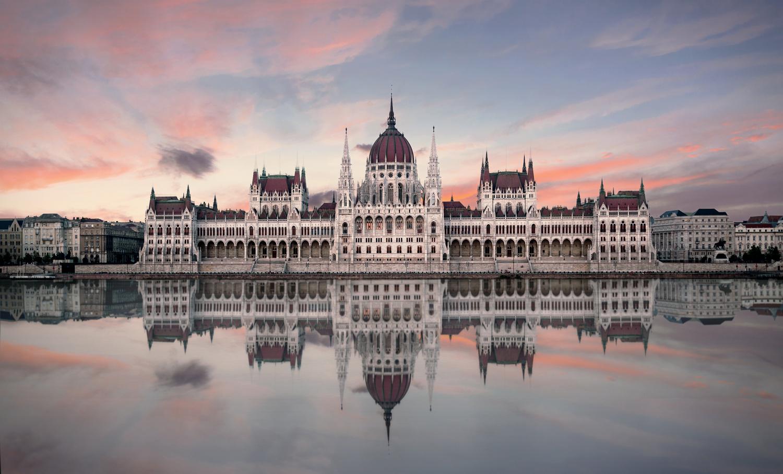 Hungarian Parliament Building by Bartek Wojtkuński