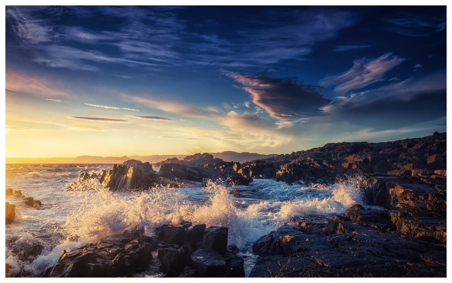 Crushing waves by Bjørn - Audun Myhre