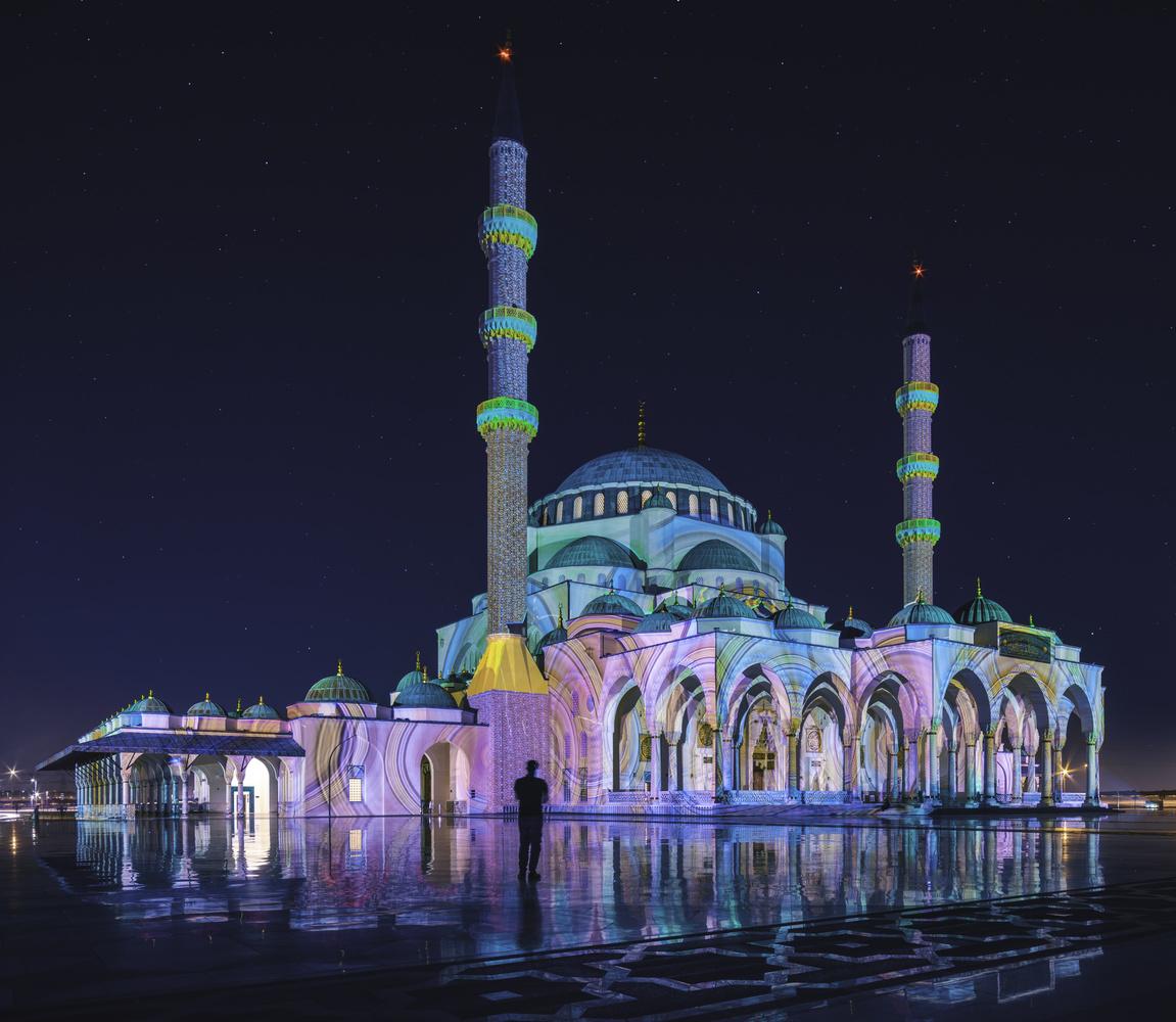 Sharjah Mosque. by Ben Preece