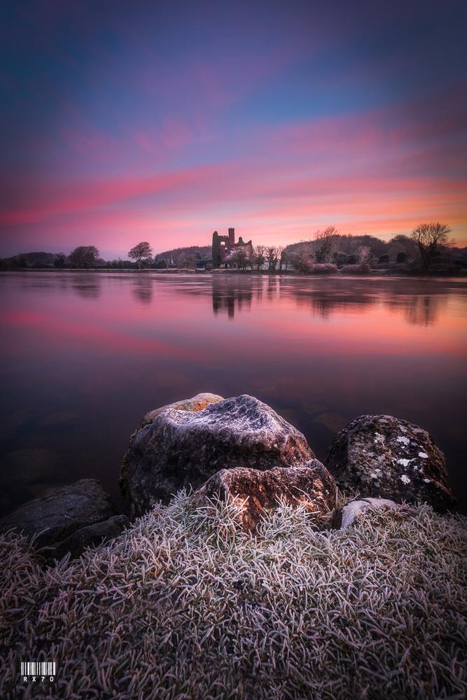 Menlo Castle by RYSZARD LOMNICKI